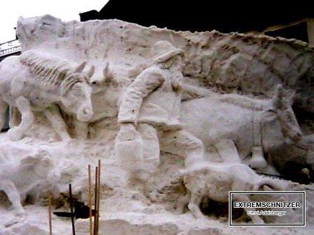 Die Schneefigur zeigt einen Bauern beim Almabtrieb mit seiner Herde.
