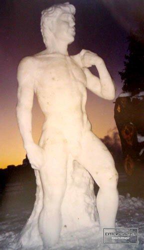 Eine Skulptur aus Schnee und Eis die den berühmten David des Michaelangelo zeigt.