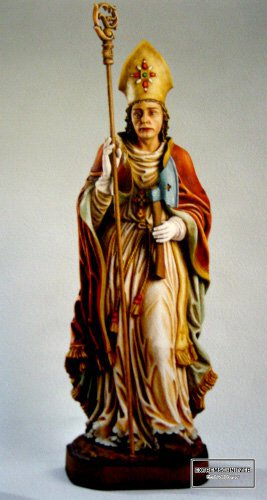 Der heilige Wolfgang als bunt bemalte Holzfigur.