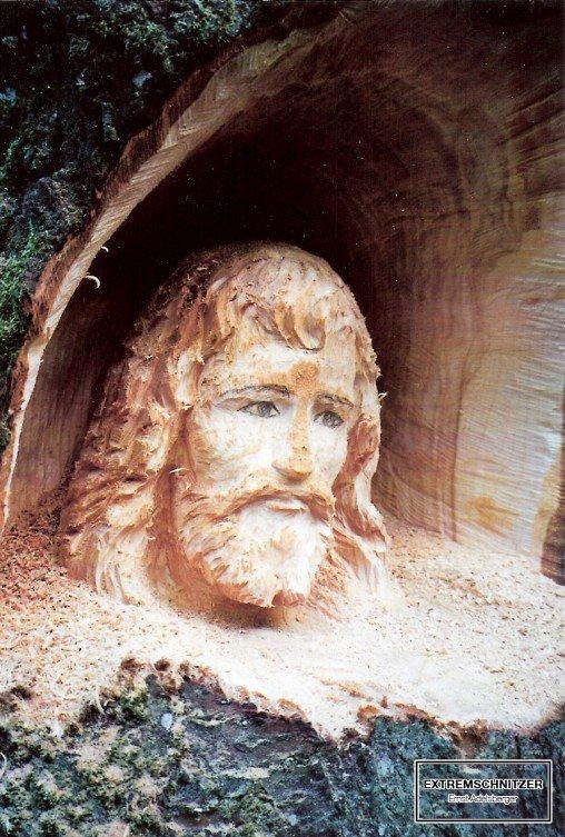 Josef der Zimmermann aus einem Baumstamm herausgeschnitzt.