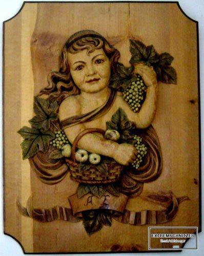Dieses Holzbrett zeigt ein Mädchen, das einen Obstkorb trägt.