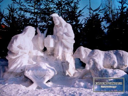 Krippe aus Schnee mit der heiligen Familie und einigen Tieren in Allhartsberg.