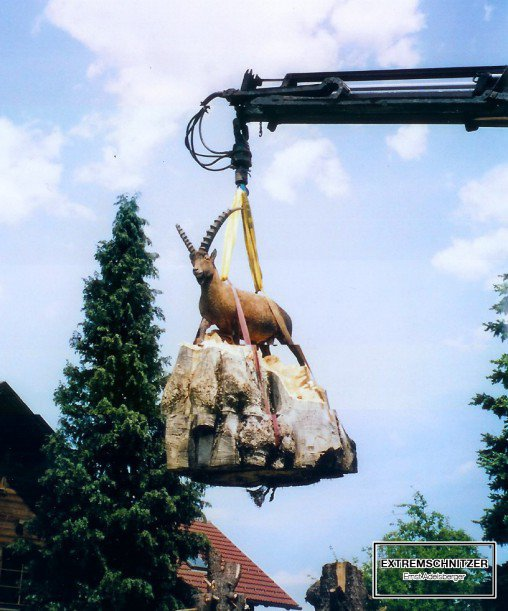 Die fertige Steinbock-Figur wird mit einem Kran an ihren Bestimmungsort transportiert.