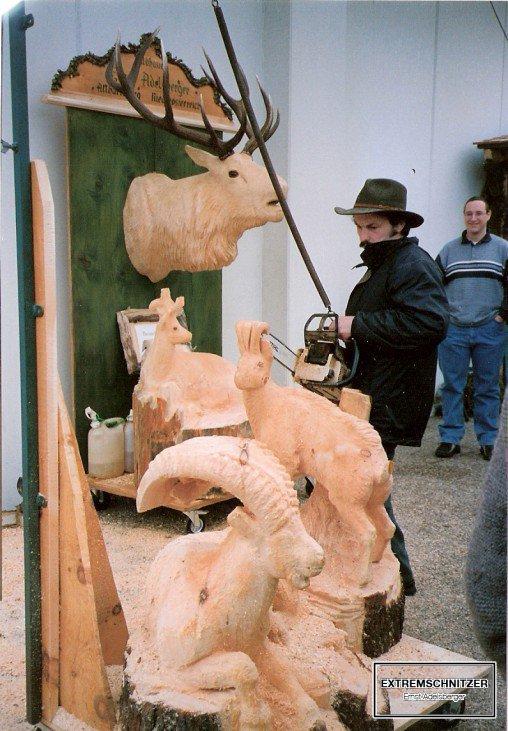 Ernst Adelsberger zeigt sei Schnitzhandwerk bei der Fachmesse für Holz und Handwerk in Salzburg.
