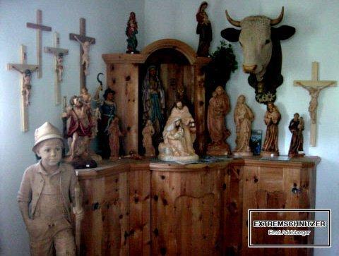 Eine Sammlung von Geschenkideen aus Holz mit religiösem Hintergrund.