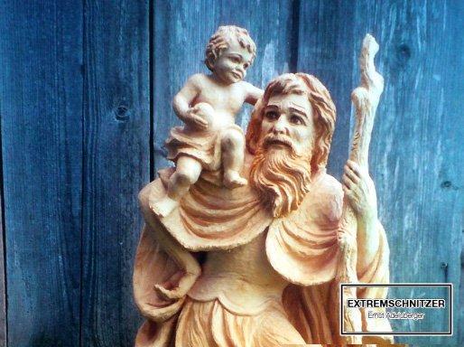 Der heilige Christophorus mit einem Gehstock und einem Kind auf der rechten Schulter.