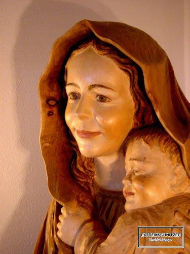 Porträt Madonna mit Jesuskind an der Schulter gelehnt aus Holz.
