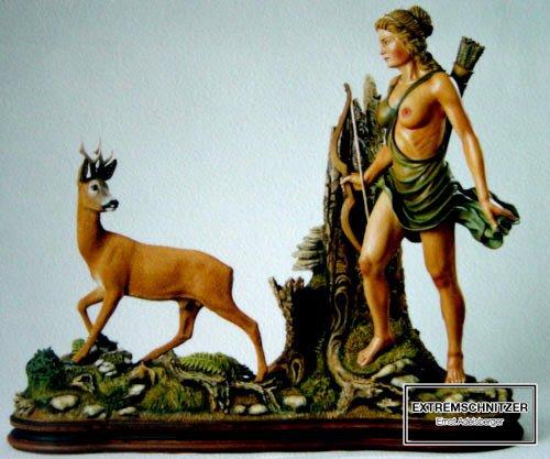 Jagdgöttin Diana steht nehmen einem Reh.