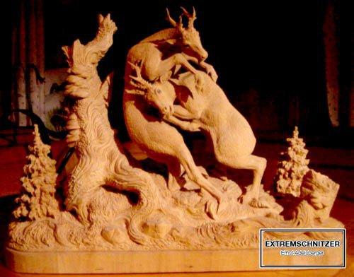 Diese Holzfigur zeigt zwei Rehböcke die miteinander kämpfen