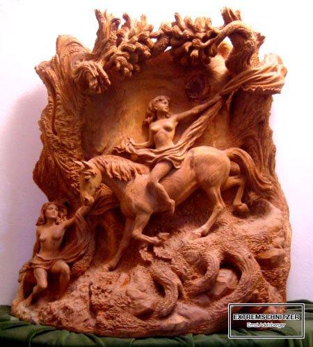 Reliefschnitzerei mit einer Frau zu Pferd und eine anderer Frau füttert das Pferd.