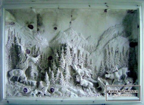 Eine Reliefschnitzerei, die die Hirschen in der Brunftzeit zeigt. Sie rennen wild von rechts nach links.