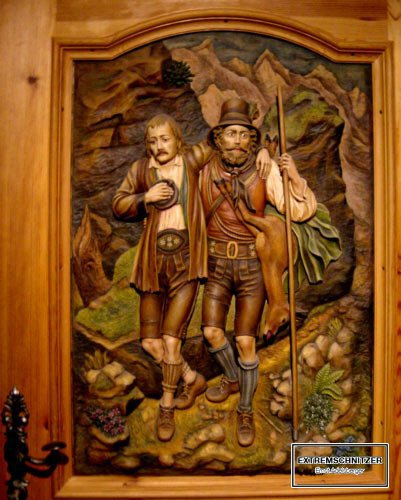 Relief auf einer Tür. Zwei Wilderer, die durch die Landschaft wandern. Mit Stock und Vorratsrucksack.