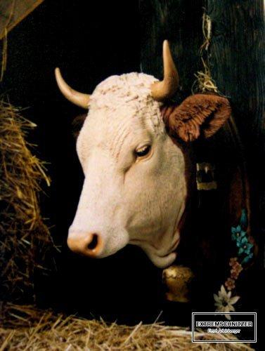 Kuhkopf aus Lindenholz mit Riemen und Kuhglocke aus einem Stück Holz geschnitzt.