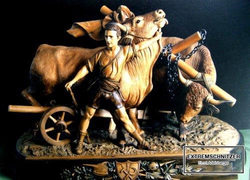Ein Bauer mit zwei Ochsen am Feld beim Pflügen.