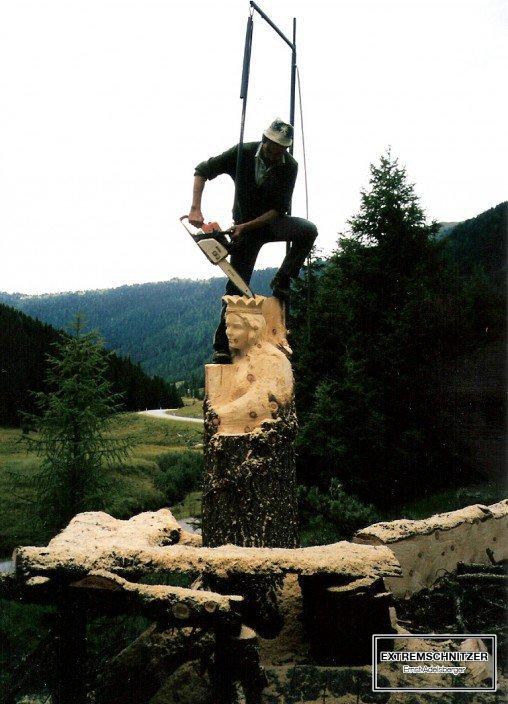 Ernst Adelsberger sägt die erste Holzfigur der Wallfahrtsstätte aus einem Baumstamm.